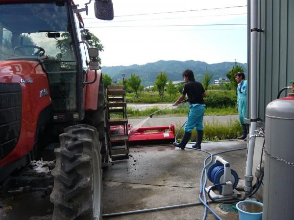 トラクター洗浄中